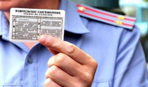 До 2013 года сотрудники ГИБДД имели право на изъятие прав по месту правонарушения, сейчас же вы сами должны сдавать корочки