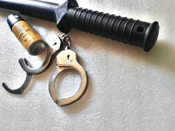У полицейских, кроме табельного оружия, есть и резиновые дубинки