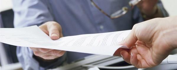Можно передать документы при свидетеле и указать его данные в расписке