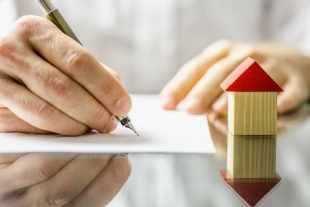 При получении жилья, относящегося к собственности муниципалитета, семья оформляет договор социального найма