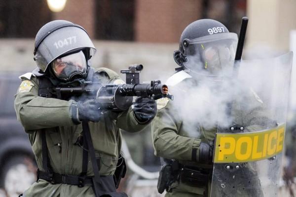 Сотрудники полиции могут применять средства со слезоточивым газом