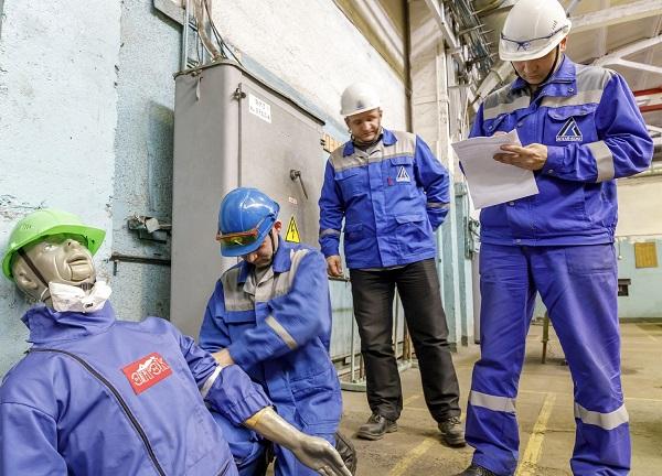 В обучающий цикл по ОТ для граждан, работающих на опасном производстве, может входить процесс оказания первой помощи при возникновении ЧС