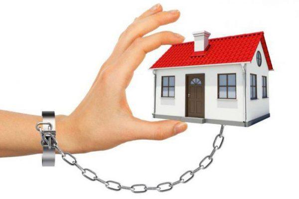 Домашний арест - один из наиболее комфортных для преступников или подозреваемых вариантов, при которых они смогут находиться в стенах родного дома, и во многих ситуациях даже принимать гостей по определенному перечню