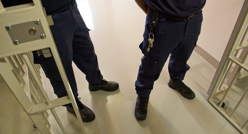 Надзиратели имеют право осматривать заключенных в любое время суток