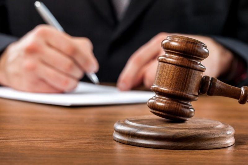 Первая судебная инстанция выносит решения по гражданским и уголовным делам