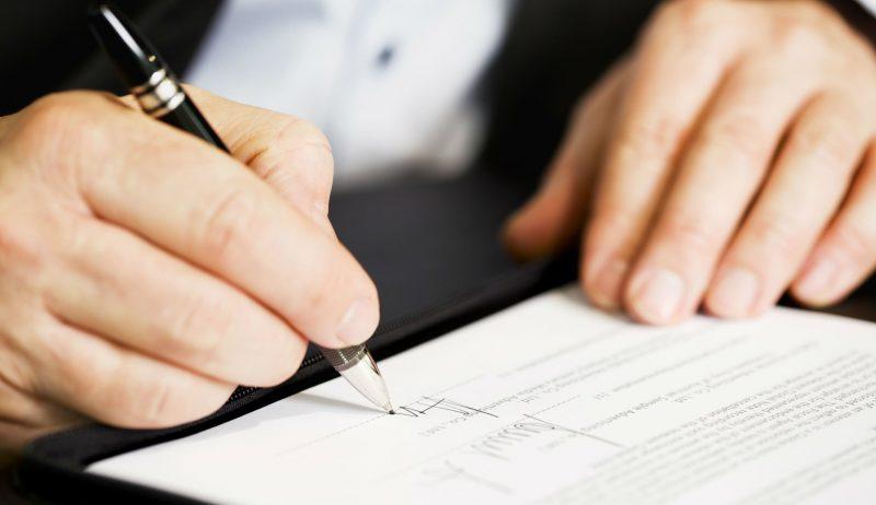 Приказ вступить в законную силу, как только его подпишут составитель, директор и отстраняемый работник