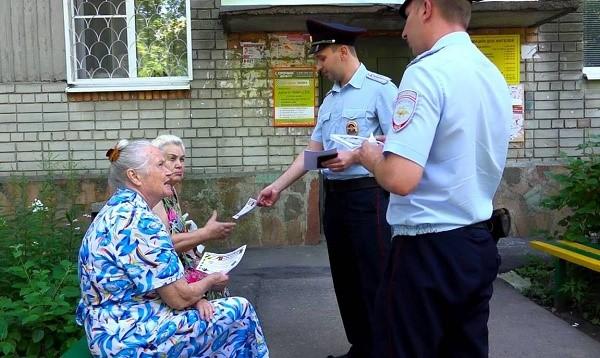 Обращаясь к гражданам, сотрудник российской полиции обязан представиться согласно установленному порядку, а также объяснить причину своего действия так, чтобы лицу, к которому он обратился, все было понятно