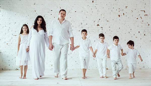 В большинстве субъектов Российский Федерации статус многодетной получает семья, которая имеет троих детей. Однако, в иных регионах для обретения данного звания необходимо родить четверо – пятеро отпрысков и более