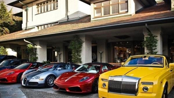 Налог на роскошные автомобили предполагает выделение целого списка машин, которые, согласно букве закона, подлежат учету для индивидуального определения величины налагаемого на них транспортного налога