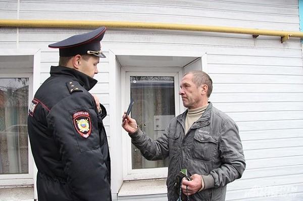 Помимо того, что сотрудник должен соблюдать порядок, когда он обращается к гражданину, та же самая необходимость ложится на его плечи, когда гражданин сам подходит к нему с вопросом или просьбой о помощи