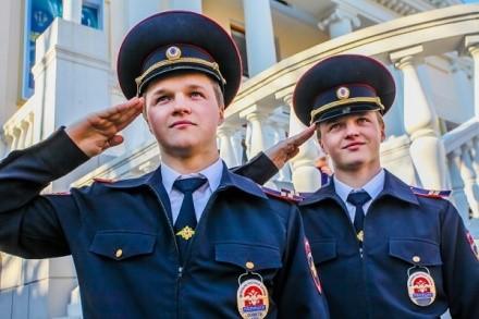Мало того, что полицейский должен обращаться к гражданам по правилам, он также обязан придерживаться множества иных указаний и рекомендаций