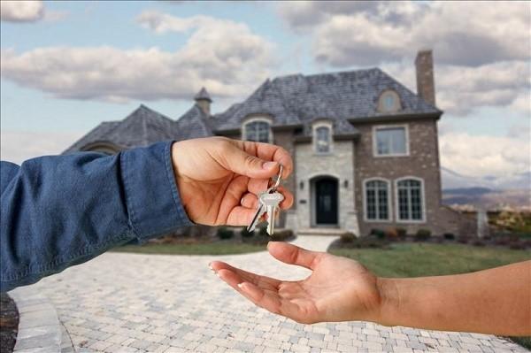 Родственники, будучи взаимозависимыми лицами, могут продать вам долю, но не всегда эта продажа будет одобрена уполномоченными структурами