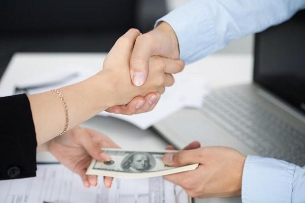 Существует перечень законодательных ограничений в области проведения операций с валютой. Полный список можно изучить на страницах закона № 173-ФЗ