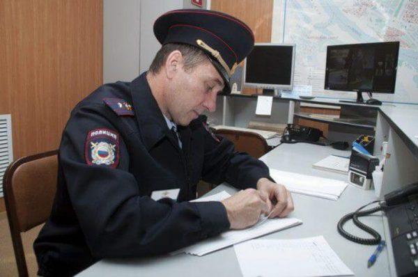 Сотрудник СК РФ заполняет повестку
