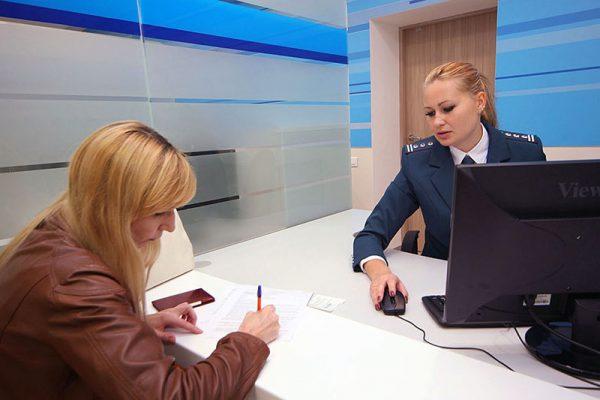 Подача документов сотрудникам ФНС по месту регистрации суда